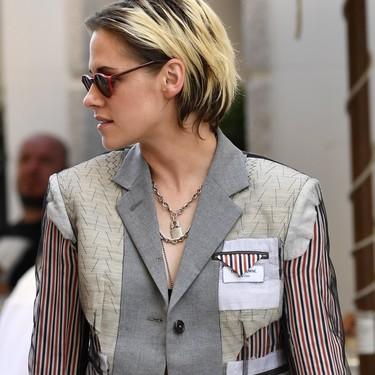 Blazer sin nada debajo, así se apunta Kristen Stewart a la tendencia más viral de la temporada