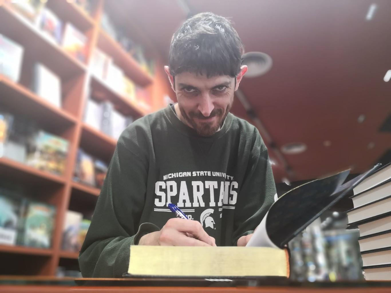 """Emilio Bueso, autor de la saga 'Los ojos bizcos del sol': """"La literatura sigue jodida. Pero yo ya no puedo/debo quejarme. Aun así, algo me quejo"""""""