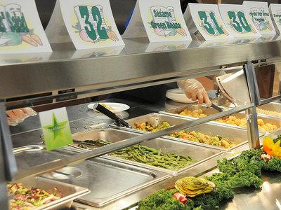 Reinventando el lunch escolar: menos carne, mejores alimentos y niños mas felices