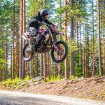 La demencial Suzuki GSX-R1000 de motocross vuelve volando ¡con un salto de 50 metros!