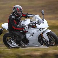 La Ducati SuperSport se renueva estéticamente a lo Panigale para mantenerse como una sport-turismo de 110 CV