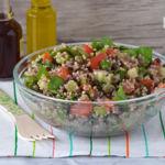 Ensalada de quinoa con lentejas beluga y hortalizas crujientes. Receta saludable