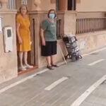 Le ponen un carril bici en la puerta de su casa y la solución para que pueda salir es... ¡un paso de peatones!