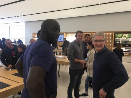 Tim Cook aparece en dos Apple Store francesas para sorpresa de sus visitantes
