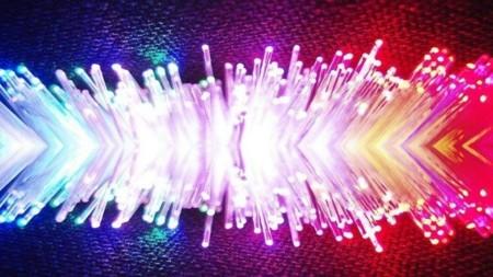 """Investigan cómo fabricar fibras ópticas """"huecas"""" mucho más rápidas que las de silicio"""