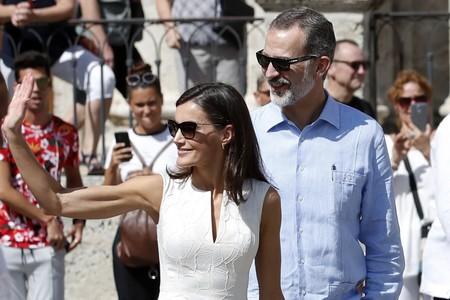 La reina Letizia conquista las calle de La Habana con un  look blanco y radiante