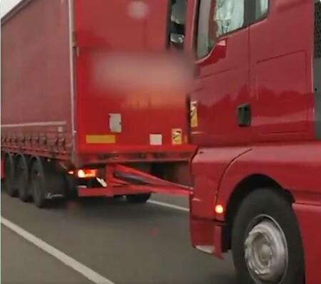 Dos camioneros deciden remolcarse entre ellos en plena AP-7 para llegar a España desde Francia