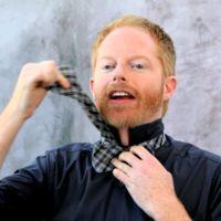 Jesse Tyler Ferguson nos enseña, con mucho humor, a hacer el nudo de la pajarita