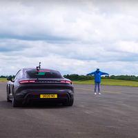 ¡Batalla en casa! El Porsche Taycan Turbo S y el Porsche 911 Turbo S se enfrentan en un duelo de aceleración fratricida