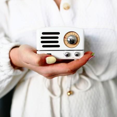 Este altavoz copia la estética de los transmisores de los años 60 para escuchar la música más actual como si estuviéramos en el pasado (y la radio, claro)