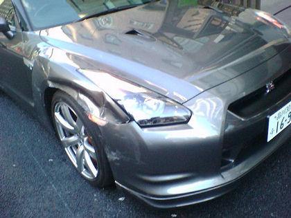Nissan GT-R con un pequeño golpecito de chapa, y van 2