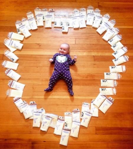 ¿Por qué una madre comparte esta foto de su bebé rodeada de bolsas de leche?
