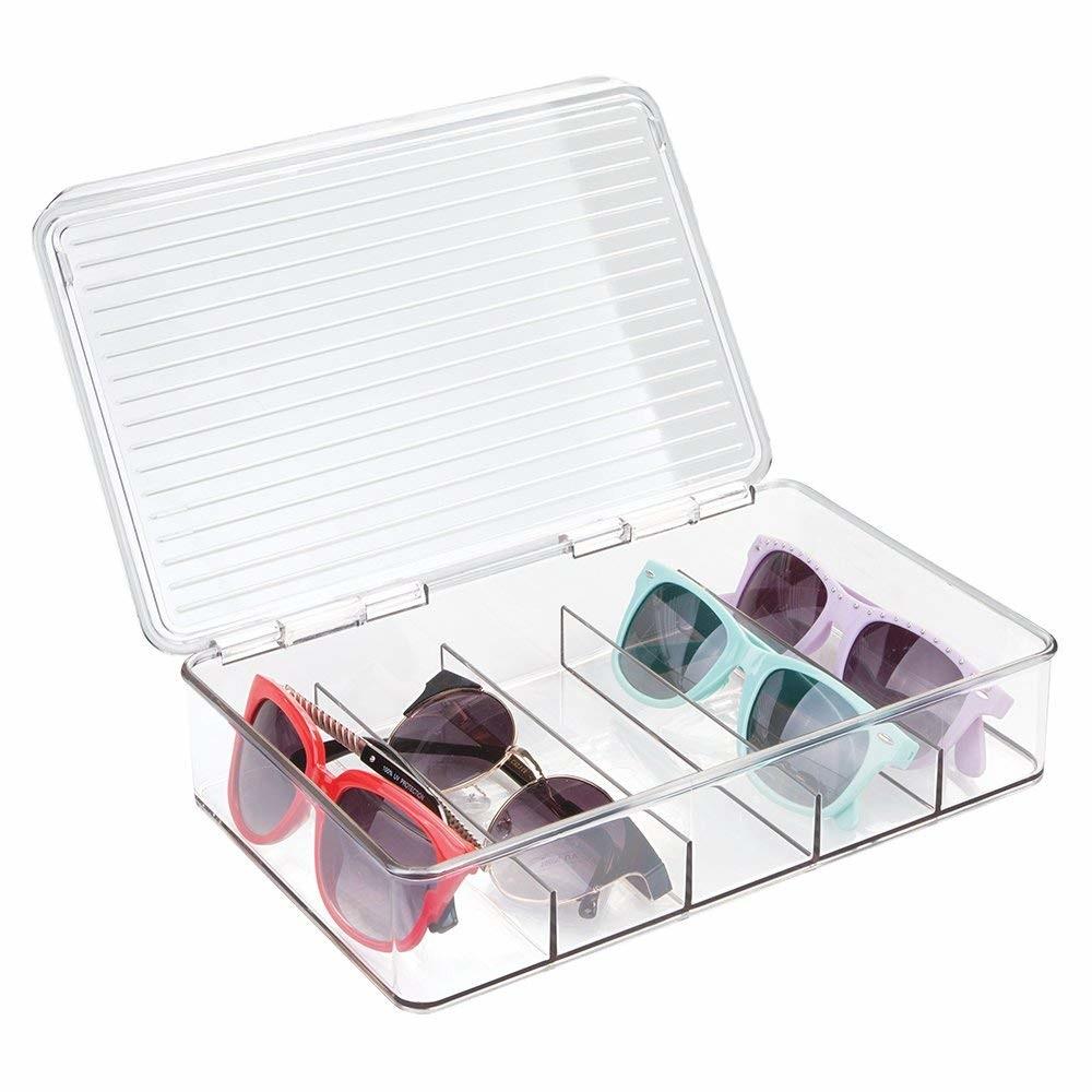 mDesign Cajas para gafas de sol – Clasificador de plástico con 5 compartimentos – Organizador de armarios para guardar todo tipo de gafas – blanco y transparente