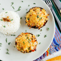Champiñones gratinados rellenos de pollo: receta fácil y deliciosa
