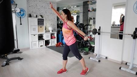 Trabaja tus brazos y espalda con una goma elástica: te enseñamos a hacerlo en este vídeo