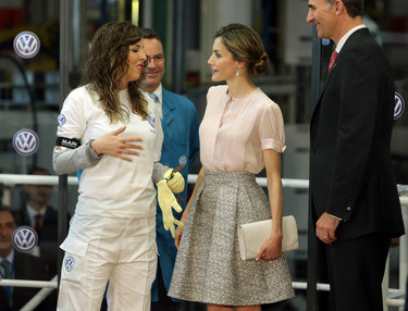 Doña Letizia se viste de dulce para visitar la fábrica de Volkswagen en Navarra
