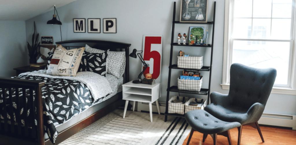 Antes y después: un dormitorio juvenil con una peculiar (y práctica) zona de trabajo y estudio