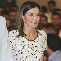 La reina Letizia brilla sin estrellarse con su último look