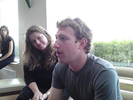"""Google se harta del egoísta Mark Zuckerberg... al que espera por """"aquí"""" la comisaria Viviane Rending"""