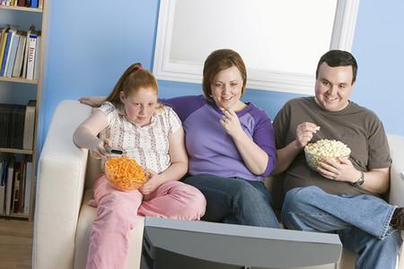 Familia Comiendo Frente Al Televisor
