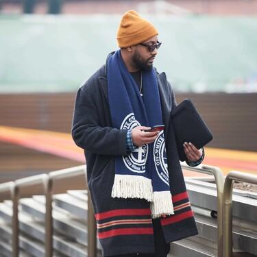 La logomanía es la fiebre que nos invade en otoño con estas bufandas que protagonizarán todos tus looks