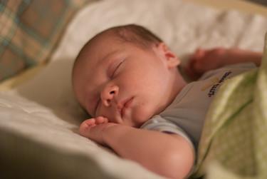 ¿Cuándo duermen los bebés toda la noche?