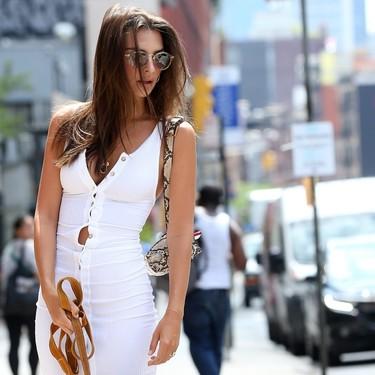 Vestido blanco y deportivas, eso es todo lo que ha necesitado Emily Ratajkowski para subir la temperatura