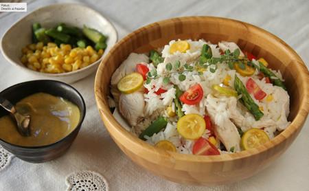 Ensalada de arroz con pollo asado, espárragos, maíz y aliño especial