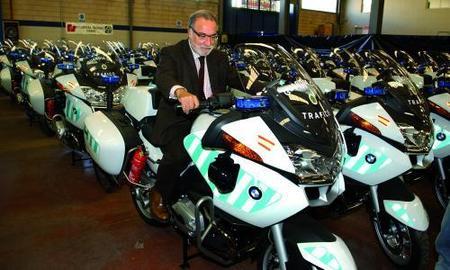 Pere Navarro se va al suelo en moto