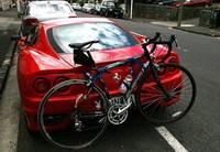 Un Ferrari 360 con portabicicletas