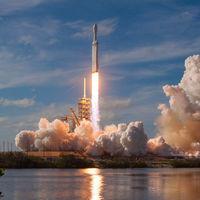 El Heavy Rocket de Space X consigue aterrizar sus tres cohetes: su primer vuelo comercial ha sido un éxito