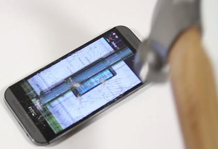 El nuevo HTC One M8 se enfrenta a sus primeras caídas, golpes, rayajos e inmersiones