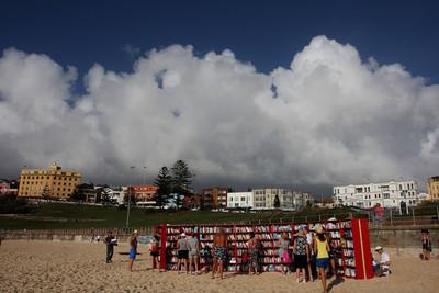 Una librería a la orilla del mar