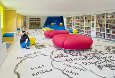 Espacios para trabajar: una alegre y colorista biblioteca infantil