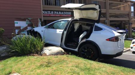 ¿Se chocó solo este Tesla Model X, como dice su dueño? Tesla sabe que no