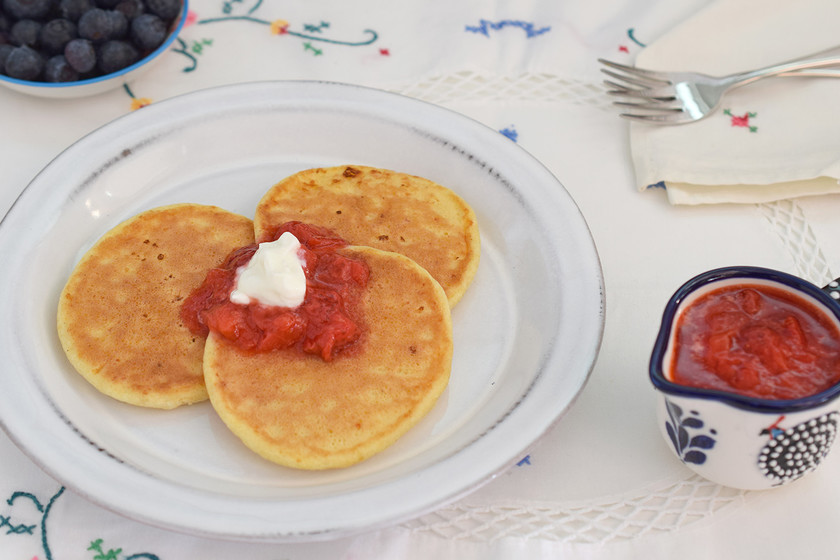 Tortitas de queso cottage con salsa de frutos rojos: el desayuno o merienda más esponjoso