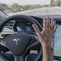 Es el principio del fin: Línea Directa ofrece en Reino Unido un descuento por llevar en marcha el Autopilot de Tesla