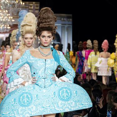 El Moschino de Jeremy Scott revive a Maria Antonieta (en clave años 80) en su desfile Otoño-Invierno 2020/2021