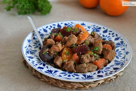 Estofado de cerdo con remolacha, zanahoria y naranja: receta de guiso con sabores de Marruecos