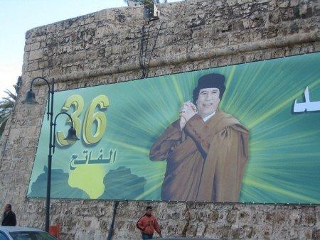 Gadafi corta Internet en Libia y su ejército mata más de 80 manifestantes en tres días