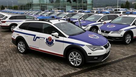 No te lo vas a creer pero ha vuelto a pasar: Los ertzainas tampoco caben en los SEAT León X-Perience