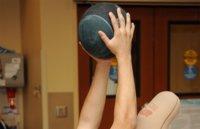 Tres ejercicios abdominales con balón medicinal