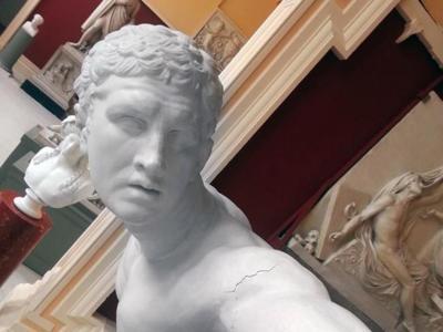 Nadie se libra de la moda de hacer selfies, ¡ni las estatuas!