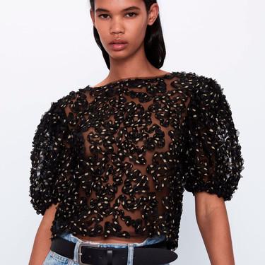 Zara tiene las 17 blusas y tops de tendencia más ideales para lucir durante el entretiempo