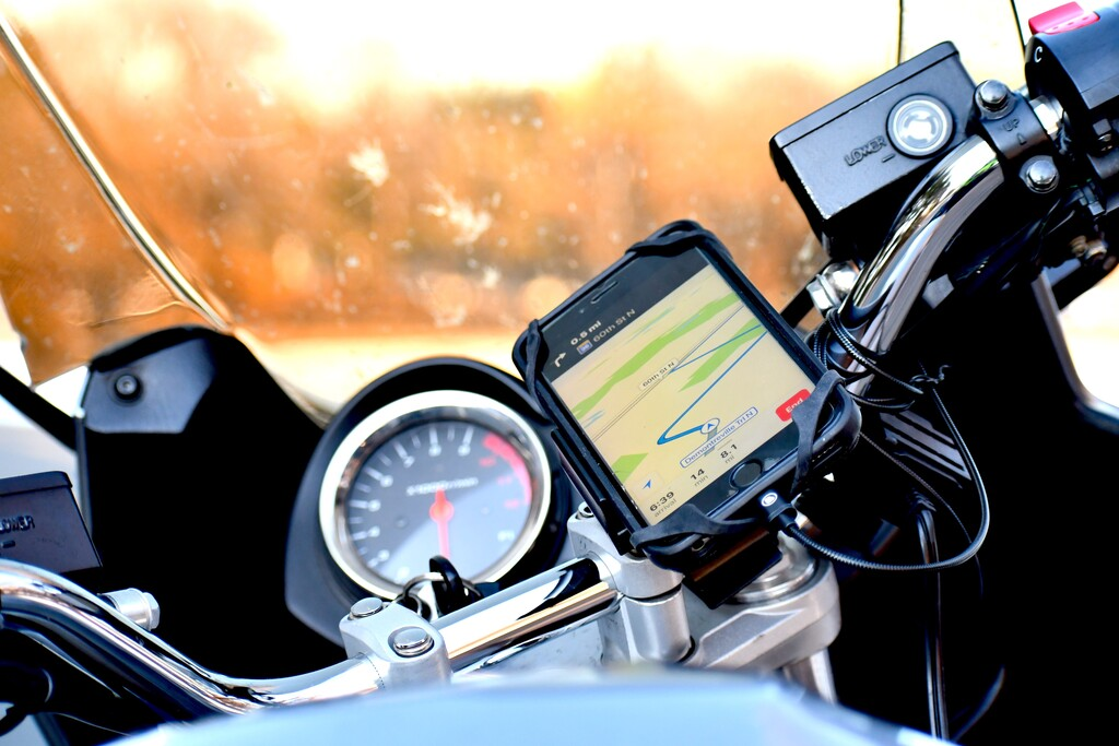 Atención con las motos y las cámaras del iPhone: <strong>Apple℗</strong> advierte de que las vibraciones pueden dañar el sistema de estabilización  «>     </p> <p>Apple publicó hace un par de dias un curioso documento de soporte. En él advierte a los motoristas de los riesgos de mostrar los <strong>iPhone℗</strong> a las vibraciones del motor, ya que estas <strong>pueden dañar el delicado sistema de estabilización</strong> de las cámaras de los teléfonos.</p> <p> <!-- BREAK 1 --> </p> <h2>Una moderación interesante para los motoristas habituales</h2> <div class=
