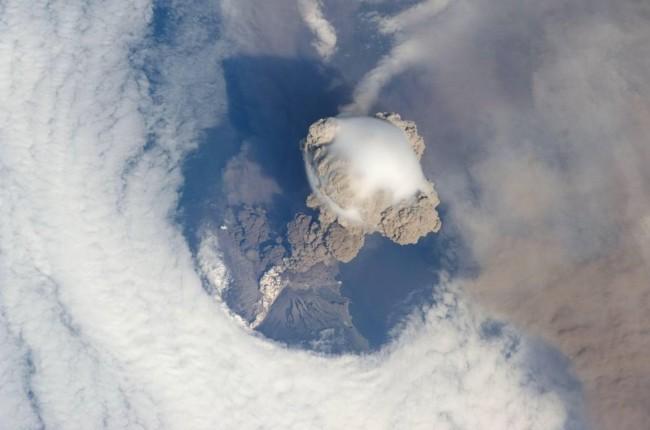 ¿Cómo se ve un volcán en erupción desde el espacio?