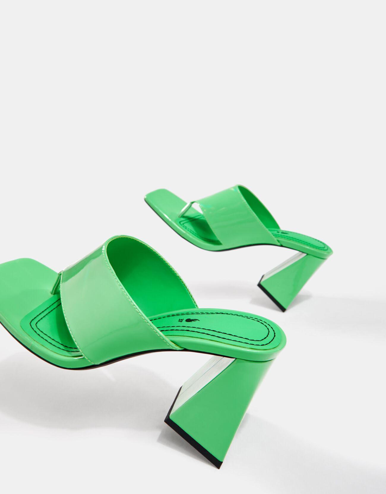 Sandalia tacón ancho.