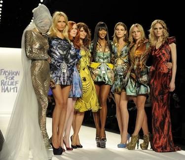 Homenaje a Alexander McQueen en el desfile benéfico de supermodelos en favor de Haití