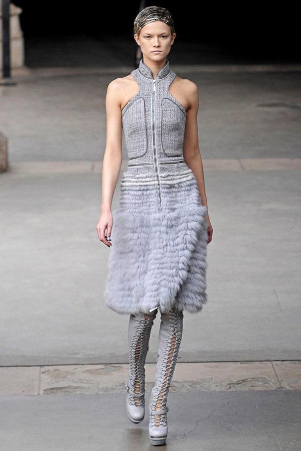 Foto de Alexander McQueen Otoño-Invierno 2011/2012 en la Semana de la Moda de París: Sarah Burton continúa con nota el legado (22/27)