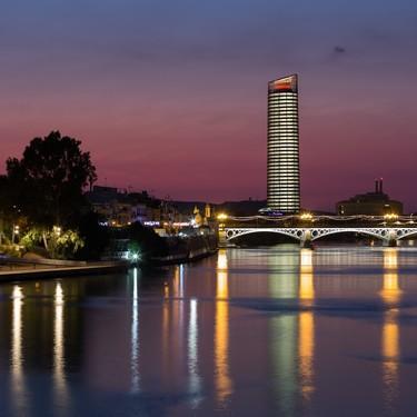 Para despertar en el cielo de la capital hispalense, puedes alojarte en el Eurostars Torre Sevilla